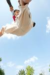ジャンプをする少年