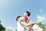 父親に抱きつく子供