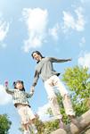丸太の上から飛ぶ親子