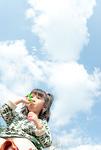 シャボン玉で遊ぶ少女