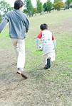 サッカーボールを蹴る親子