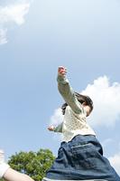 ジャンプする少女