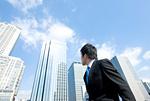 右側のビルを見るビジネスマン