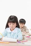 勉強をする少年と少女
