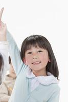 手を上げる少年と少女