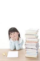 山積みの本と少女