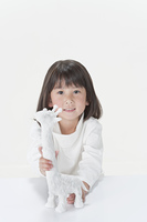 模型のキリンを持つ少女