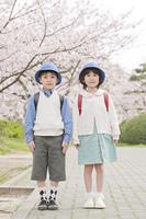 ランドセルを背負う少年と少女