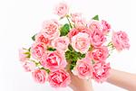 バラの花束を持つ手
