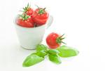 カップに入ったプチトマトとバジル
