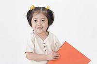 スケッチブックを持つ少女