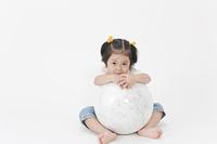 地球儀を持つ少女