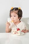 ケーキを食べる少女