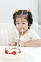 ケーキを見る少女