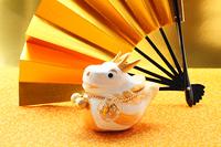 辰の干支人形の置物と金色の扇