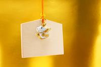 可愛い辰人形と絵馬 金色背景の正月素材