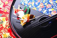 祝い膳 正月飾りと丸盆の箸と箸置き
