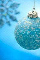 クリスマスオーナメントと雪の結晶