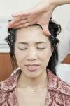 ヘッドスパを受ける女性
