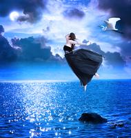月夜の海とドレスの女性
