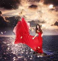 月夜の海と赤いドレスの女性
