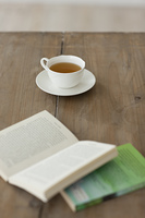 テーブルの上にある紅茶と本