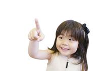 指を指す女の子