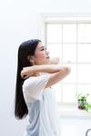 髪を整える若い女性