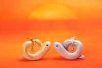巳年の日の出に向き合うハート型のカップル蛇