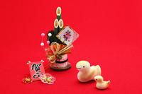 可愛いヘビの親子と門松正月絆素材