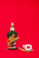 白ヘビの干支人形と松竹梅の門松縦