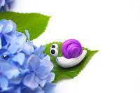 可愛い手作りカタツムリと紫のアジサイ