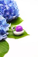 一匹の手作りカタツムリと紫のアジサイ(縦)