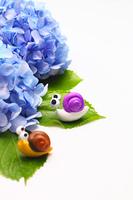 二匹の可愛い手作りカタツムリと紫のアジサイ(縦)
