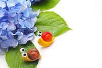 二匹の可愛い手作りカタツムリと紫のアジサイ