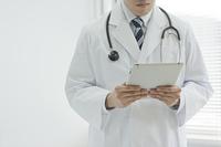 カルテを確認する医師