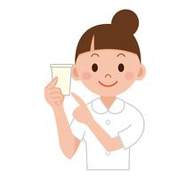 検尿の紙コップを持つナース