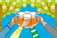 ビールで乾杯/木の背景(緑)