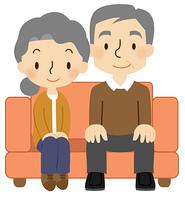 ソファに座るシニア夫婦
