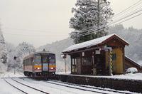 雪の降るローカル線の駅