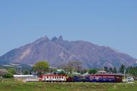 阿蘇五岳の根子岳とトロッコ列車