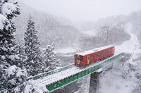雪の舞う鉄橋を渡る秋田内陸縦貫鉄道