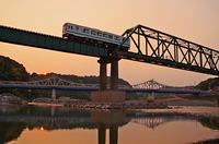 天竜川の夕日と列車