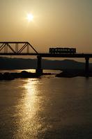 天竜川の朝日と列車