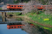 山陰本線春の水鏡