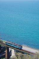 エメラルドグリーンの瀬戸内海と列車