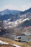 雪解けの姫川と列車
