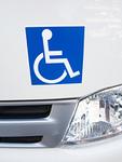 車椅子マークのついた自動車