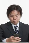 携帯電話をかける男性