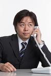 電話で話す男性